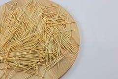 Οδοντογλυφίδες στο ξύλινο πιάτο Στοκ εικόνα με δικαίωμα ελεύθερης χρήσης