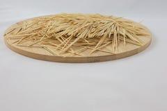 Οδοντογλυφίδες στο ξύλινο πιάτο Στοκ εικόνες με δικαίωμα ελεύθερης χρήσης