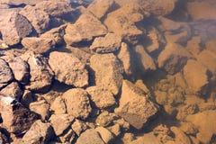 Οδοντωτοί κόκκινοι βράχοι υποβρύχιοι Στοκ φωτογραφία με δικαίωμα ελεύθερης χρήσης