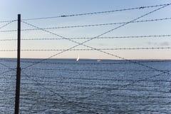 Οδοντωτός - sailboats θάλασσας φυλακών καλωδίων Στοκ φωτογραφίες με δικαίωμα ελεύθερης χρήσης