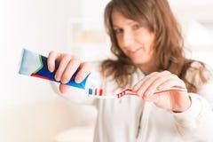 Οδοντόβουρτσα και οδοντόπαστα εκμετάλλευσης γυναικών Στοκ φωτογραφίες με δικαίωμα ελεύθερης χρήσης