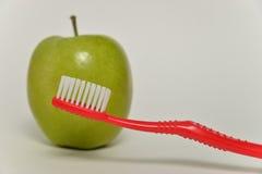 Οδοντόβουρτσα και πράσινο μήλο, οδοντική έννοια προσοχής Στοκ Φωτογραφίες