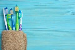 Οδοντόβουρτσα οδοντοβουρτσών με την πετσέτα λουτρών στον ξύλινο πίνακα Τοπ άποψη με το διάστημα αντιγράφων στοκ εικόνα με δικαίωμα ελεύθερης χρήσης