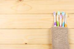 Οδοντόβουρτσα οδοντοβουρτσών με την πετσέτα λουτρών στον ξύλινο πίνακα Τοπ άποψη με το διάστημα αντιγράφων στοκ φωτογραφίες με δικαίωμα ελεύθερης χρήσης