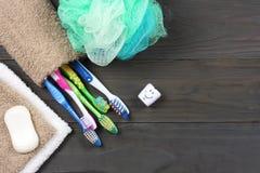 Οδοντόβουρτσα οδοντοβουρτσών με την πετσέτα λουτρών στον ξύλινο πίνακα Τοπ άποψη με το διάστημα αντιγράφων στοκ εικόνες με δικαίωμα ελεύθερης χρήσης