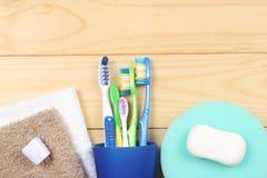 Οδοντόβουρτσα οδοντοβουρτσών με την πετσέτα λουτρών στον ξύλινο πίνακα Τοπ άποψη με το διάστημα αντιγράφων στοκ φωτογραφία με δικαίωμα ελεύθερης χρήσης
