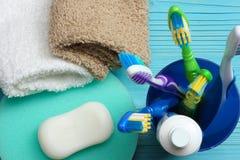 Οδοντόβουρτσα οδοντοβουρτσών με την πετσέτα λουτρών στον ξύλινο πίνακα Τοπ άποψη με το διάστημα αντιγράφων στοκ εικόνες