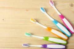 Οδοντόβουρτσα οδοντοβουρτσών στον ξύλινο πίνακα Τοπ όψη στοκ φωτογραφίες με δικαίωμα ελεύθερης χρήσης