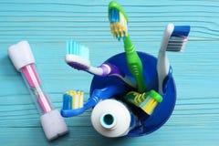 Οδοντόβουρτσα οδοντοβουρτσών στον ξύλινο πίνακα Τοπ όψη στοκ εικόνα με δικαίωμα ελεύθερης χρήσης