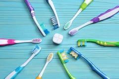 Οδοντόβουρτσα οδοντοβουρτσών στον ξύλινο πίνακα Τοπ όψη στοκ φωτογραφία με δικαίωμα ελεύθερης χρήσης