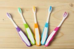 Οδοντόβουρτσα οδοντοβουρτσών στον ξύλινο πίνακα Τοπ όψη στοκ εικόνα