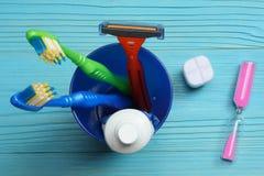 Οδοντόβουρτσα οδοντοβουρτσών στον ξύλινο πίνακα Τοπ όψη στοκ φωτογραφία