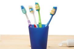 Οδοντόβουρτσα οδοντοβουρτσών στο γυαλί στο λευκό στοκ εικόνες με δικαίωμα ελεύθερης χρήσης
