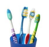 Οδοντόβουρτσα οδοντοβουρτσών στο γυαλί στο λευκό στοκ εικόνα με δικαίωμα ελεύθερης χρήσης