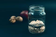Ολονύκτιο πρόγευμα προετοιμασιών με τις νιφάδες των βρωμών, chia, μήλο Στοκ εικόνα με δικαίωμα ελεύθερης χρήσης