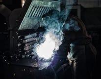 Ο οξυγονοκολλητής ενώνει στενά τα μέρη μετάλλων, τα μέρη του καπνού και τους σπινθήρες, βλαπτικότητα, κατασκευή στοκ φωτογραφία με δικαίωμα ελεύθερης χρήσης