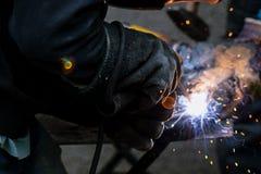 Ο οξυγονοκολλητής ενώνει στενά το αυτοκίνητο μέρος στο εργοστάσιο αυτοκινήτων Στοκ Εικόνες