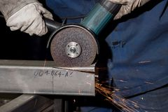 Ο οξυγονοκολλητής επεξεργάζεται το σωλήνα Κοπή του μετάλλου Πολλοί σπινθήρες καυτός στοκ εικόνες