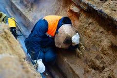 Ο οξυγονοκολλητής επισκευάζει τη σωλήνωση στο ορυχείο στοκ φωτογραφία με δικαίωμα ελεύθερης χρήσης