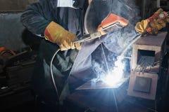 Ο οξυγονοκολλητής στο εργαστήριο ρυθμίζει τη συγκόλληση δειγμάτων από το μέταλλο φύλλων στα Η.Ε στοκ φωτογραφία με δικαίωμα ελεύθερης χρήσης