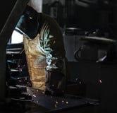 Ο οξυγονοκολλητής στο εργοστάσιο ενώνει στενά τα μέρη μετάλλων, τη συγκόλληση και τους σπινθήρες, βρώμικη παραγωγή, βλαπτικότητα, στοκ φωτογραφίες