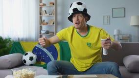Ο οπαδός ποδοσφαίρου υποστηρίζει ενεργά την ομάδα της Βραζιλίας στο πρωτάθλημα, που προσέχει το σπίτι αντιστοιχιών φιλμ μικρού μήκους