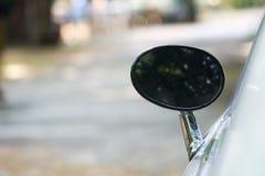 Ο οπισθοσκόπος καθρέφτης του αυτοκινήτου φαίνεται ωοειδής Στοκ Φωτογραφία