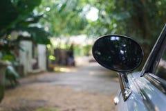 Ο οπισθοσκόπος καθρέφτης του αυτοκινήτου φαίνεται ωοειδής Στοκ Φωτογραφίες