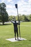 Ο οπισθοσκόπος Sir Steve Redgrave Statue στο πάρκο Marlow Higginson στοκ φωτογραφίες