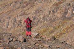 Ο οπλισμένος ηγέτης αποστολής εξασφαλίζει την έκταση στη Γροιλανδία Στοκ Εικόνες