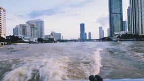 Ο ορίζοντας και οι ουρανοξύστες στη Μπανγκόκ, Ταϊλάνδη είδαν από την άποψη σχετικά με τη βάρκα στον ποταμό Chao Phraya φιλμ μικρού μήκους