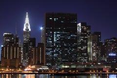 Ο ορίζοντας πόλεων της Νέας Υόρκης ανάβει τη νύχτα Στοκ εικόνα με δικαίωμα ελεύθερης χρήσης