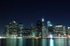 Ο ορίζοντας πόλεων της Νέας Υόρκης ανάβει τη νύχτα Στοκ Εικόνα
