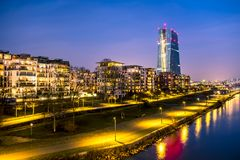 Ο ορίζοντας της Φρανκφούρτης, Γερμανία, με τον πύργο Ευρωπαϊκής Κεντρικής Τράπεζας τη νύχτα - όλα τα λογότυπα και τα εμπορικά σήμ στοκ φωτογραφία με δικαίωμα ελεύθερης χρήσης