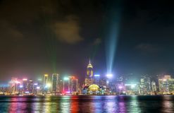 Ο ορίζοντας Χονγκ Κονγκ τη νύχτα με μια ακτίνα λέιζερ παρουσιάζει Κίνα στοκ φωτογραφία με δικαίωμα ελεύθερης χρήσης