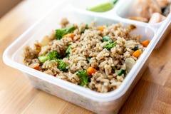 Ο οργανικός τηγανισμένος σολομός χώρισε σε τετράγωνα την μπριζόλα με το κρεμμύδι, το μπρόκολο και τηγανισμένο το καρότο ρύζι που  στοκ εικόνες με δικαίωμα ελεύθερης χρήσης