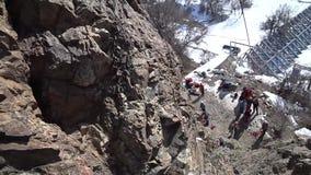 Ο ορειβάτης αναρριχείται στο βράχο Πρώτη άποψη προσώπων Η κάμερα στο κράνος αναρρίχηση του άκρου απόθεμα βίντεο
