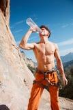 Ο ορειβάτης βράχου πίνει το νερό πέρα από τα βουνά Στοκ φωτογραφία με δικαίωμα ελεύθερης χρήσης