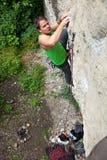 ο ορειβάτης κάνει τη μετα& Στοκ Εικόνες