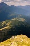 Ο ορειβάτης κατεβαίνει την απότομη κλίση του βουνού Στοκ φωτογραφία με δικαίωμα ελεύθερης χρήσης