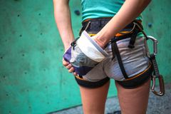 Ο ορειβάτης προετοιμάζεται να αναρριχηθεί στη διαδρομή Στοκ εικόνες με δικαίωμα ελεύθερης χρήσης