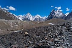 Ο ορεινός όγκος βουνών Gasherbrum και συνδέει λοξά την αιχμή, K2 οδοιπορικό, Πακιστάν στοκ εικόνες