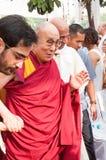 Ο 14ος Dalai Lama ευλογεί τους ανθρώπους καθώς περνά μέσω ενός πλήθους στοκ εικόνες με δικαίωμα ελεύθερης χρήσης