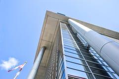 Ο ουρανοξύστης γυαλιού που απεικονίζει τα σύννεφα Στοκ φωτογραφία με δικαίωμα ελεύθερης χρήσης