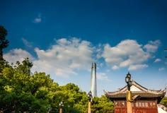 Ο ουρανοξύστης πύργων της Σαγκάη ενάντια στο παραδοσιακό παλαιό κινεζικό σπίτι Στοκ Εικόνες