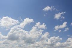 Ο ουρανός άνοιξη στο χωριό Στοκ φωτογραφία με δικαίωμα ελεύθερης χρήσης