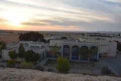 Ο ουρανός άνω της ερήμου και του RA του χωριού Ara ` baNegev στο Ισραήλ και τις τρεις ανθρώπινες σκιές το βράδυ Στοκ φωτογραφίες με δικαίωμα ελεύθερης χρήσης