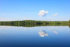 Ο ουρανός απεικονίζει από τη λίμνη στη θερινή ημέρα Στοκ Εικόνα