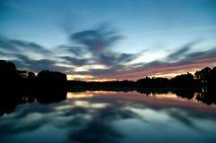Ο ουρανός βραδιού που απεικονίζει στο νερό στοκ φωτογραφία με δικαίωμα ελεύθερης χρήσης