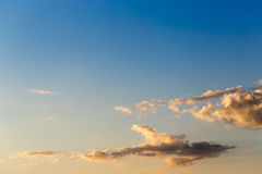 Ο ουρανός βραδιού στα φωτεινά χρώματα Φυσική κλίση Στοκ Φωτογραφία